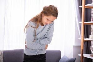 Mädchen mit Bauchschmerzen