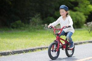 Kind fährt auf Kinderfahrrad