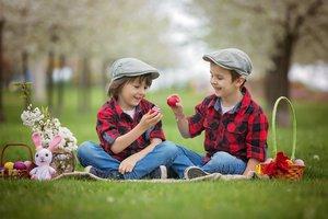 Zwei Jungen auf der Osterwiese