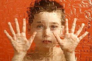 Ein Junge hinter Glas.