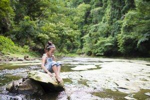 Introvertiert: Mädchen allein in der Natur