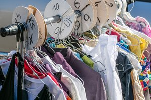 Kinderkleidung auf dem Flohmarkt