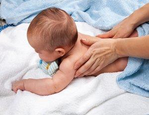 Regelmäßige Massage fördert die Gesundheit und Entwicklung des Babys.