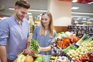 Ernährung bei Kinderwunsch: Paar kauft ein