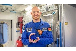 Astronaut Alexander Gerst mit der Maus und dem Elefanten im Weltall auf der Raumstation ISS