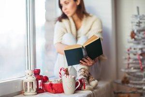 Frau verbringt Weihnachten allein
