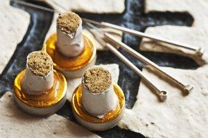 Moxa-Kegel, Moxa-Zigarren und Akupunkturnadeln können in der Schwangerschaft unterstützend wirken.