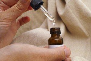 Ein gutes, natürliches Öl macht die Dammmassage zur Geburtsvorbereitung sehr angenehm.