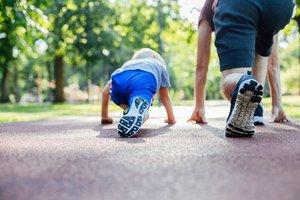 Vater und Sohn rennen um die Wette