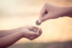 Kind mit Münze