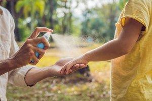Nur Mückensprays schützen zuverlässig vor Stechmücken. Viele Mückenschutz-Produkte sind für Babys und Kleinkinder jedoch tabu.